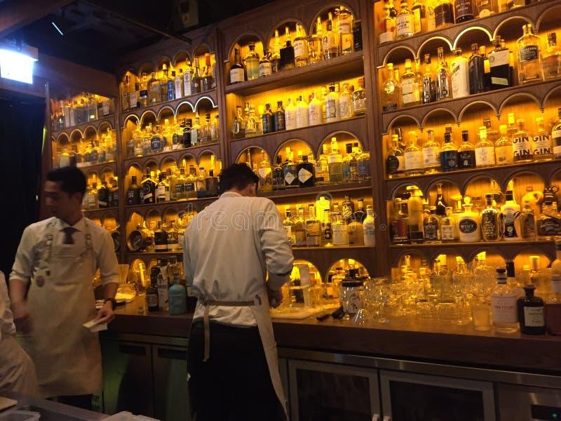 Inspektörer för Dr Ferns Gin Parlor Restaurant, Hongkong fotografering för bildbyråer