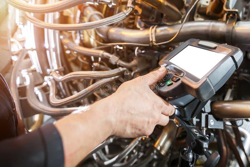 Inspektion von Gasturbinenmotor unter Verwendung eines Videoendoskops brandwunde stockfotografie