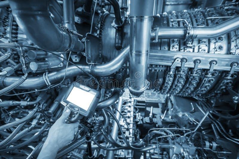 Inspektion von Gasturbinenmotor unter Verwendung eines Videoendoskops Suche nach Defekten innerhalb der Turbine und des Schießens lizenzfreies stockbild