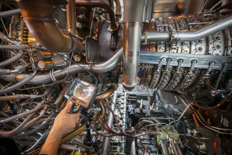 Inspektion von Gasturbinenmotor unter Verwendung eines Videoendoskops Suche nach Defekten innerhalb der Turbine und des Schießens stockfoto