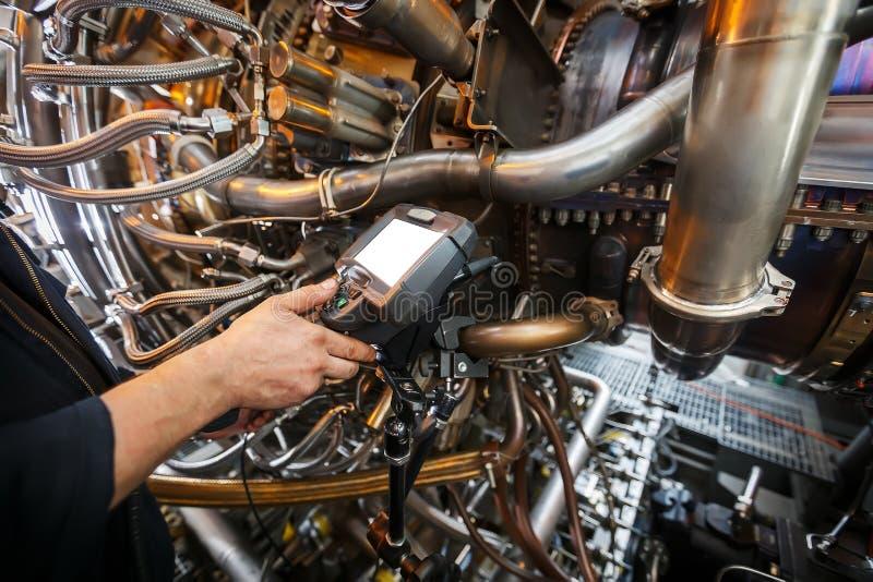 Inspektion von Gasturbinenmotor unter Verwendung eines Videoendoskops Suche nach Defekten innerhalb der Turbine und des Schießens lizenzfreies stockfoto
