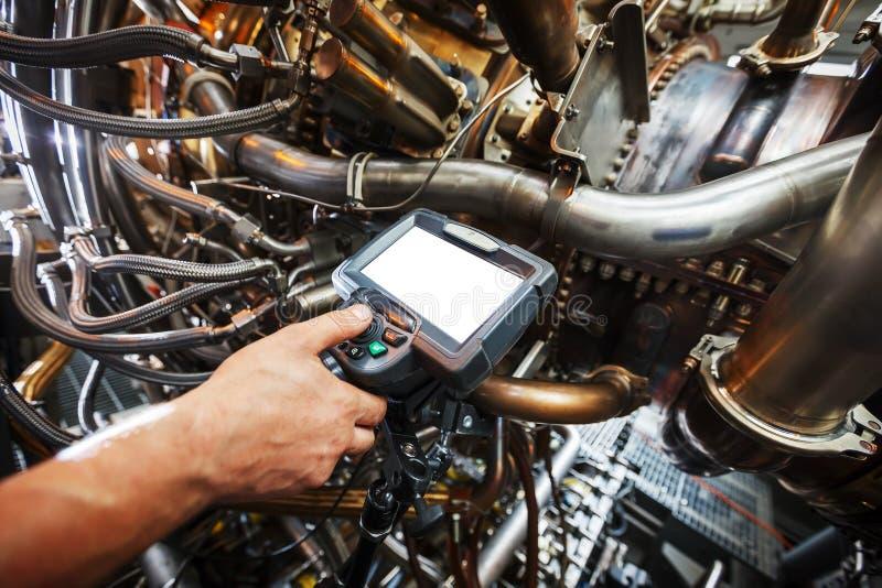 Inspektion von Gasturbinenmotor unter Verwendung eines Videoendoskops Suche nach Defekten innerhalb der Turbine und des Schießens lizenzfreie stockbilder