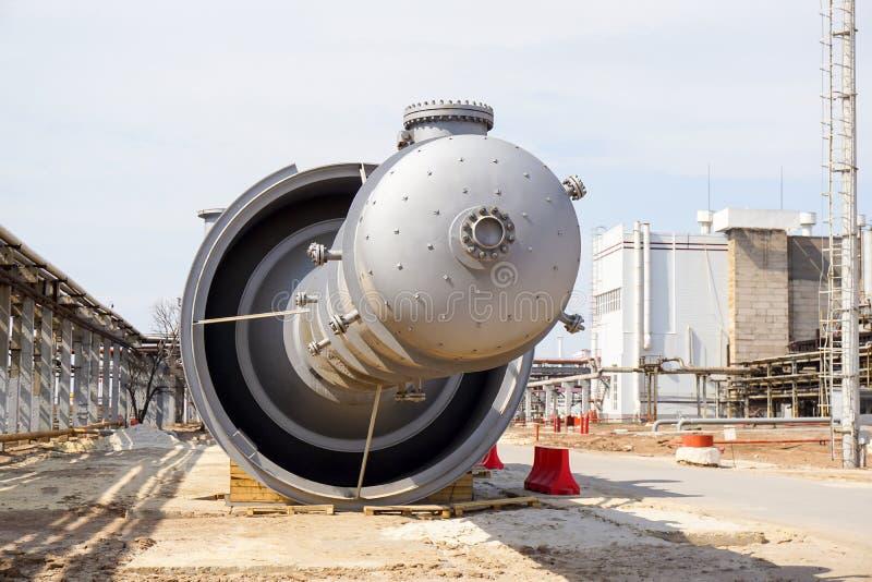 Inspektionsluke f?r eine technologische Spalte f?r Installation an einer Raffinerie, f?r die Produktion des Benzins stockbilder