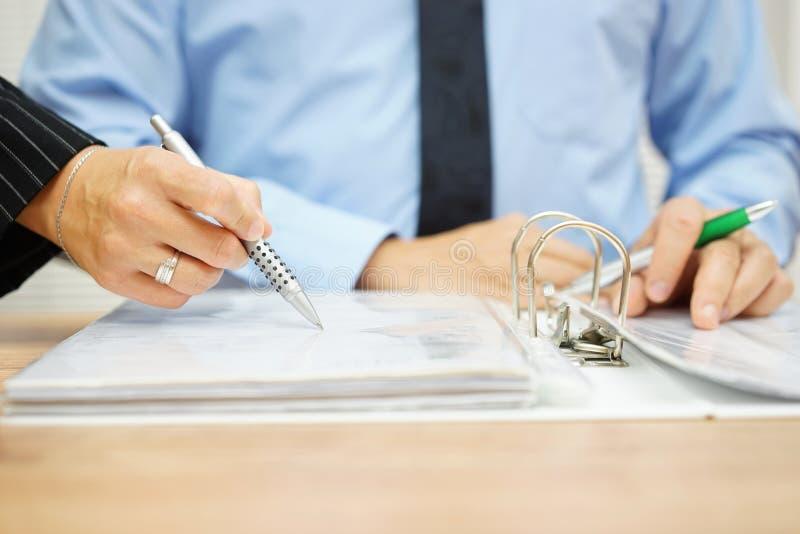 Inspektorentdeckungsbetrug in der Firmendokumentation lizenzfreies stockfoto