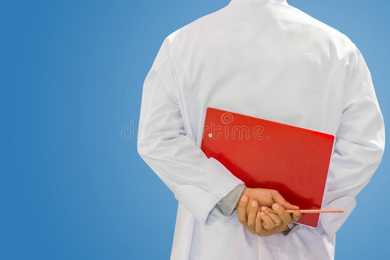 Inspektorski ankiety, kontroli jakości mężczyzna sprawdza lub obraz royalty free
