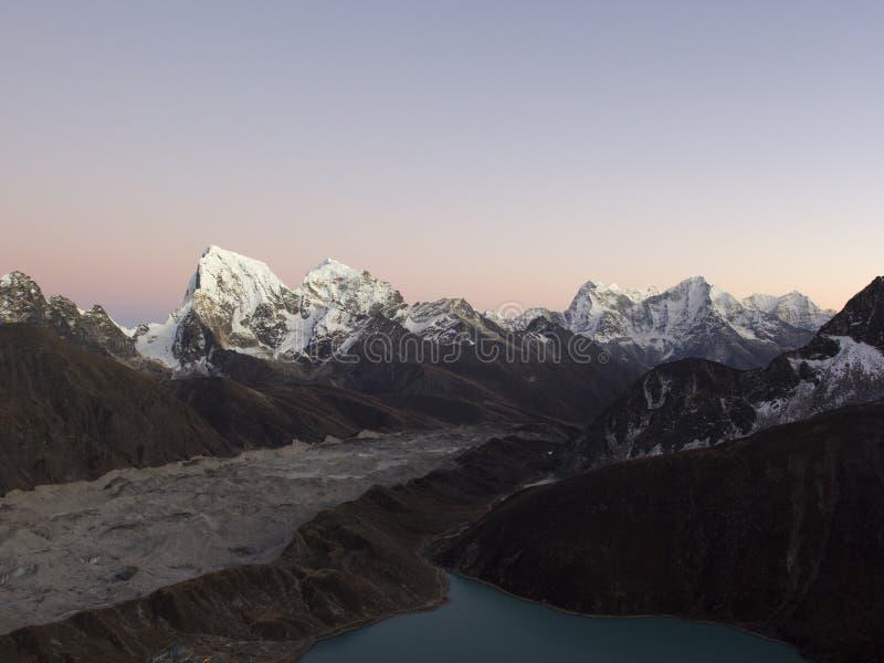 Inspelning från Gokio Ri på Gokyo Lake, Gokyo village, Ngozumba glacier och berg Högre i Nepal Himalayas royaltyfria foton
