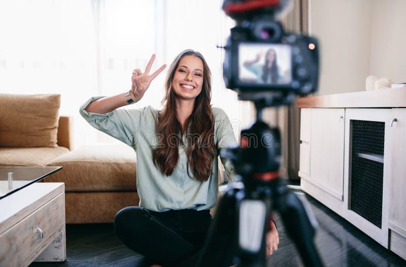 Inspelninginnehåll för ung kvinna för hennes blogg royaltyfri foto