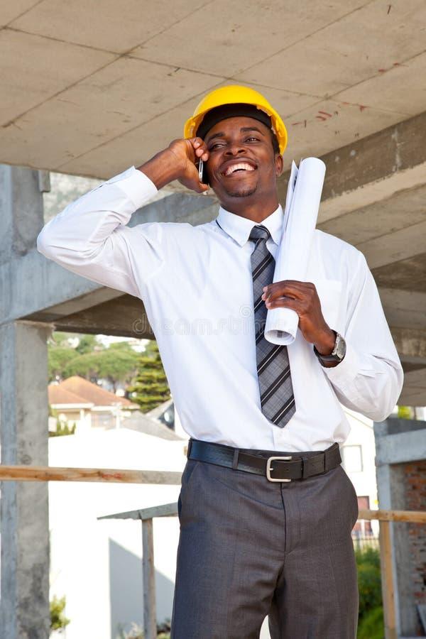Inspetor africano do local no telefone fotografia de stock