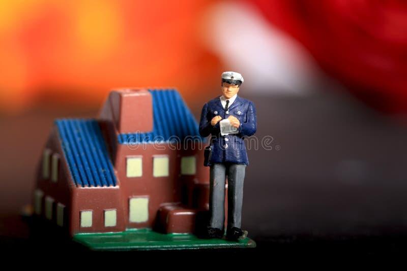 Inspetor da hipoteca sobre a casa imagem de stock royalty free