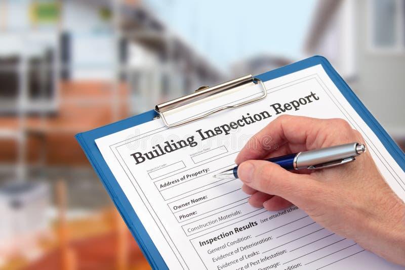 Inspetor de Buiding que termina um formulário da inspeção na prancheta imagens de stock