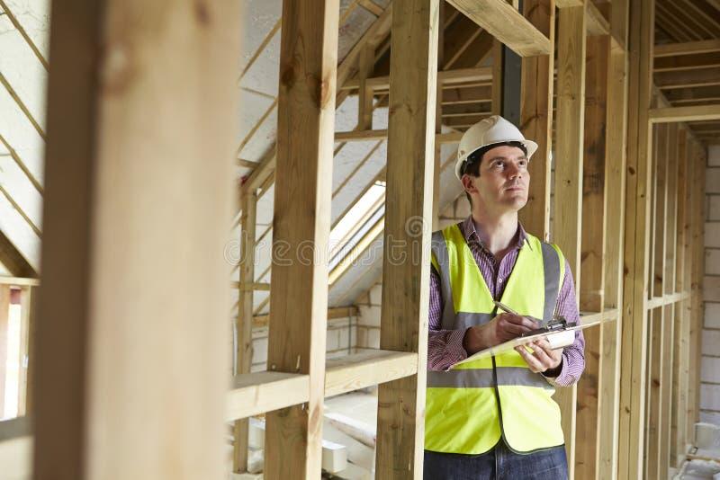 Inspetor de construção que olha a propriedade nova foto de stock royalty free