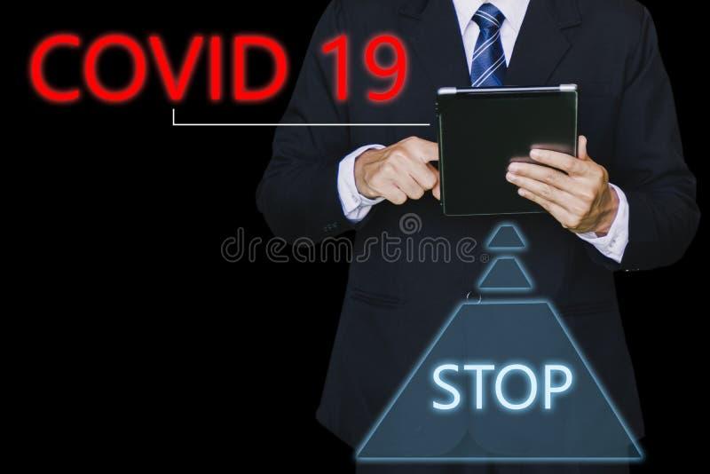 Inspetor de homem ou engenheiro de negócios seguram um tablet com o código 19 ai para o código 19 do vírus covid-19 ou a ajuda pr fotografia de stock
