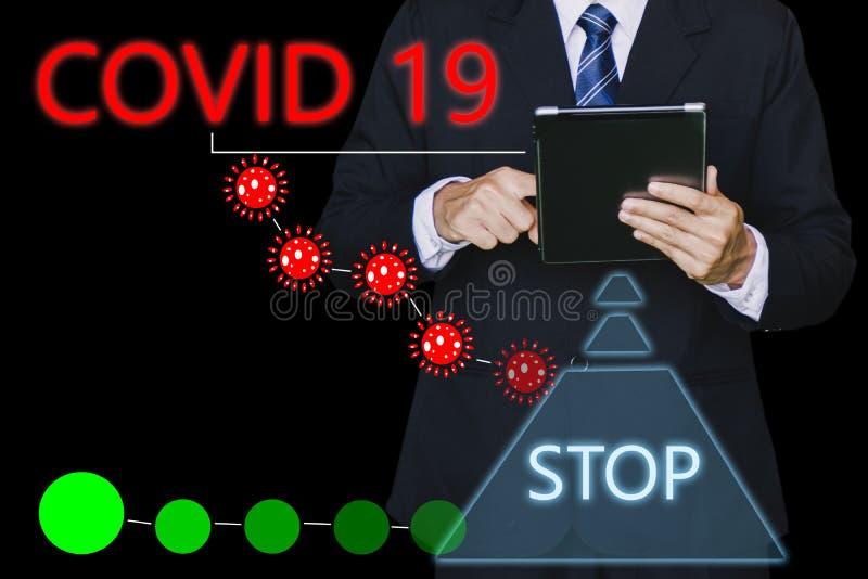 Inspetor de homem ou engenheiro de negócios seguram um tablet com o código 19 ai para o código 19 do vírus covid-19 ou a ajuda pr imagens de stock royalty free