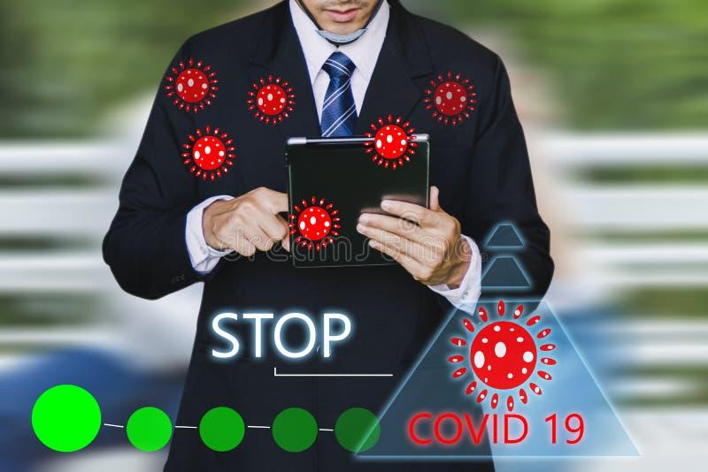 Inspetor de homem ou engenheiro de negócios seguram um tablet com o código 19 ai para o código 19 do vírus covid-19 ou a ajuda pr imagens de stock