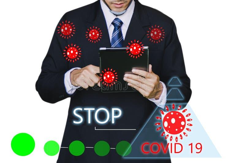 Inspetor de homem ou engenheiro de negócios seguram um tablet com o código 19 ai para o código 19 do vírus covid-19 ou a ajuda pr imagem de stock royalty free