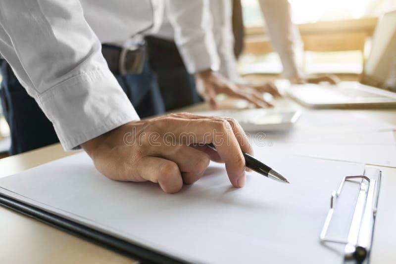 Inspetor financeiro que faz o relatório, agente de seguros que analisa sobre o empréstimo de investimento da casa na sala do escr imagens de stock royalty free
