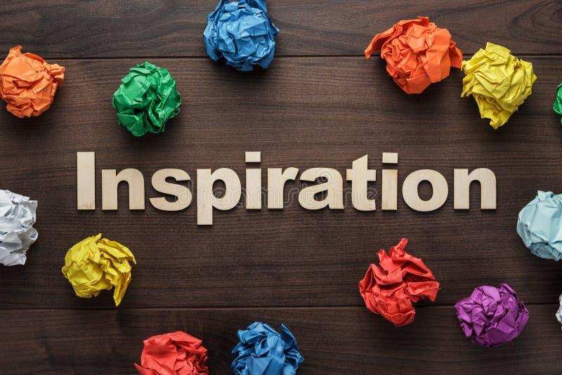Inspiração da palavra e papel colorido amarrotado imagens de stock royalty free