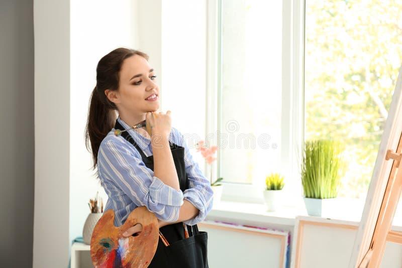 Inspiração de espera do artista fêmea na oficina imagens de stock