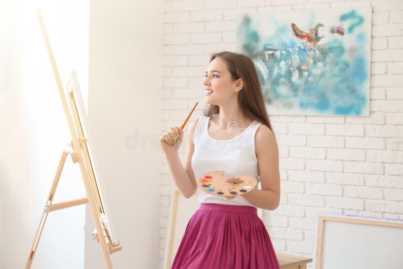 Inspiração de espera do artista fêmea na oficina fotografia de stock