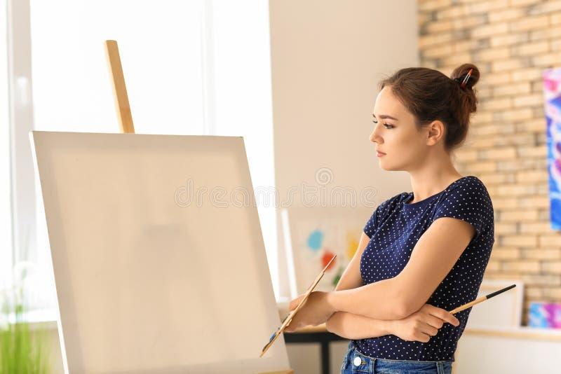 Inspiração de espera do artista fêmea na oficina imagens de stock royalty free