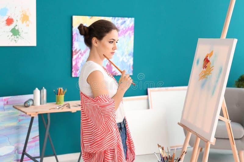 Inspiração de espera do artista fêmea na oficina imagem de stock