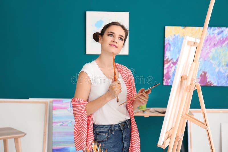 Inspiração de espera do artista fêmea na oficina fotos de stock