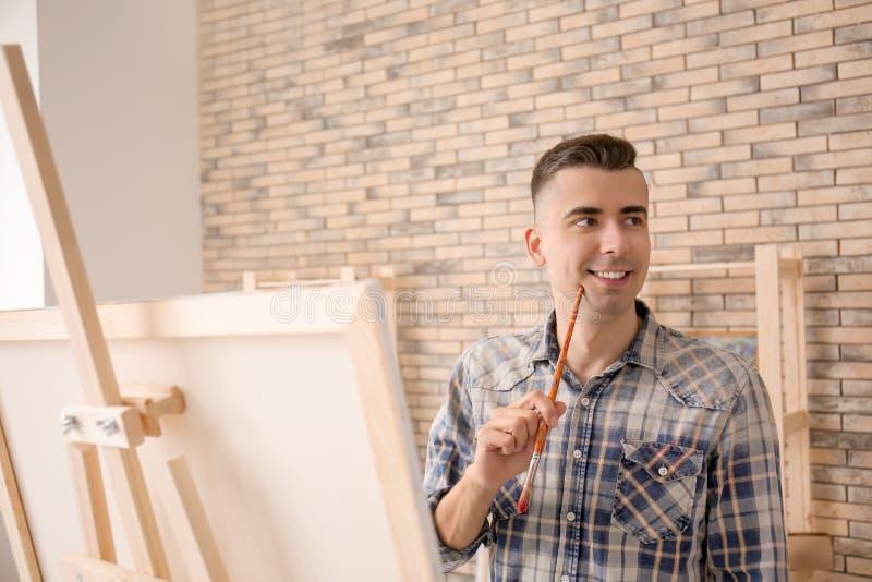 Inspiração de espera do artista masculino na oficina fotografia de stock