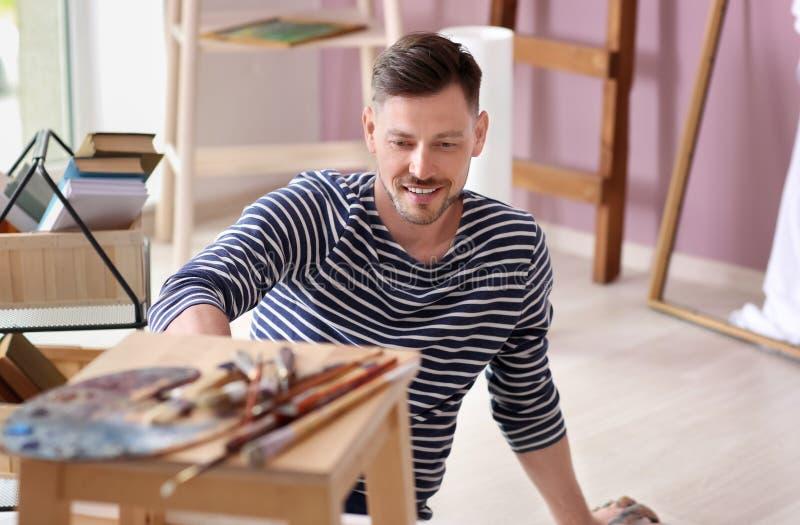 Inspiração de espera do artista masculino na oficina foto de stock royalty free