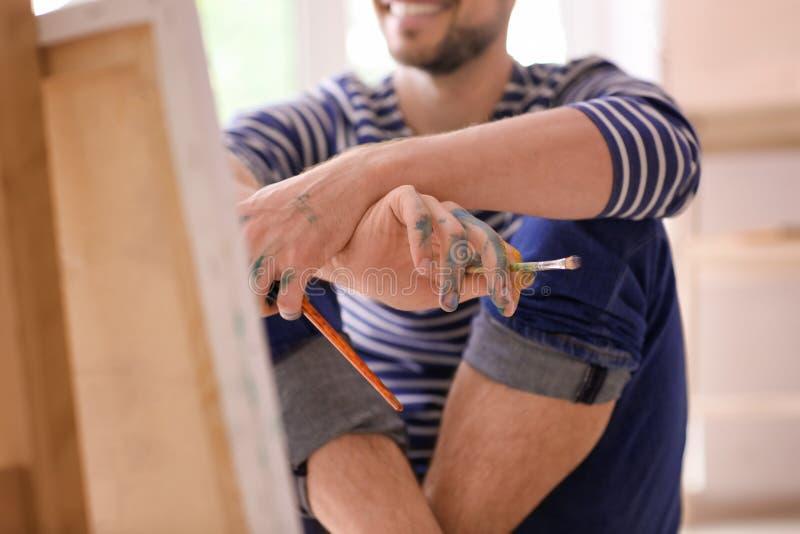 Inspiração de espera do artista masculino na oficina imagem de stock royalty free