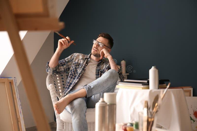 Inspiração de espera do artista masculino na oficina fotos de stock