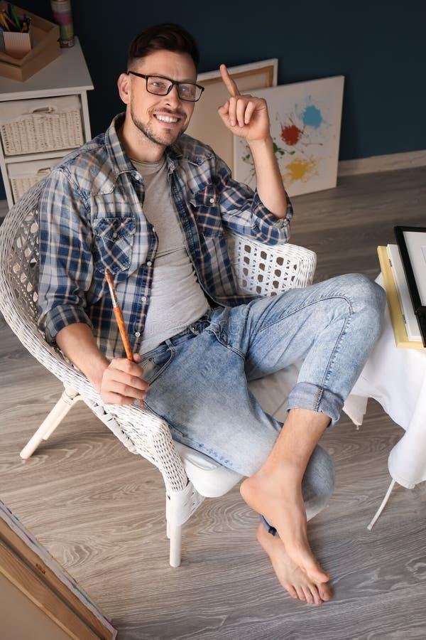 Inspiração de espera do artista masculino na oficina imagens de stock royalty free