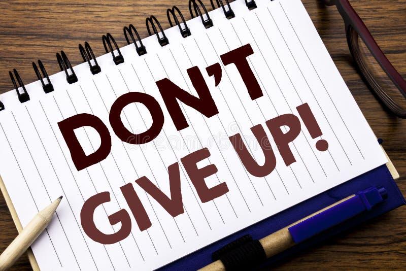 A inspiração do subtítulo do texto da escrita da mão que mostra Don t dá acima Conceito do negócio para a determinação da motivaç foto de stock royalty free