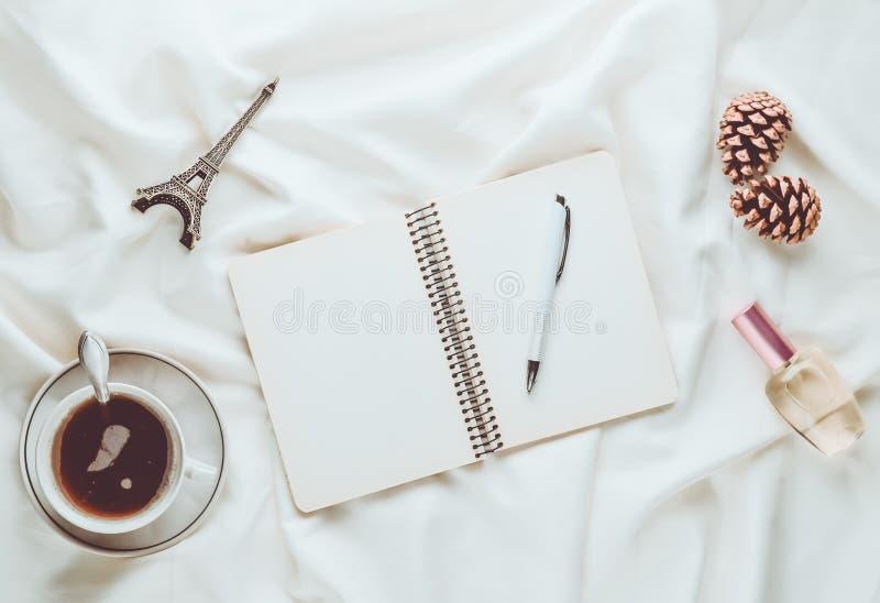 Inspiração e desejo da manhã tropeçar a Paris Um copo do chá fotos de stock