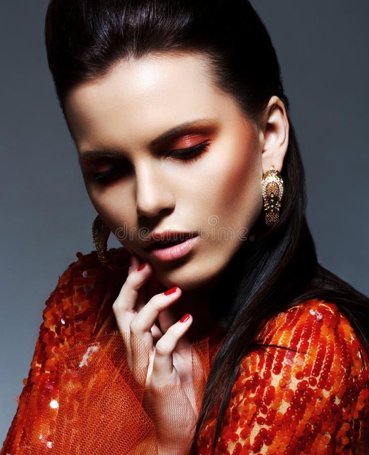 Inspiração. Morena sensual no vestido magenta lustroso na fantasia. Faísca & brilho imagem de stock