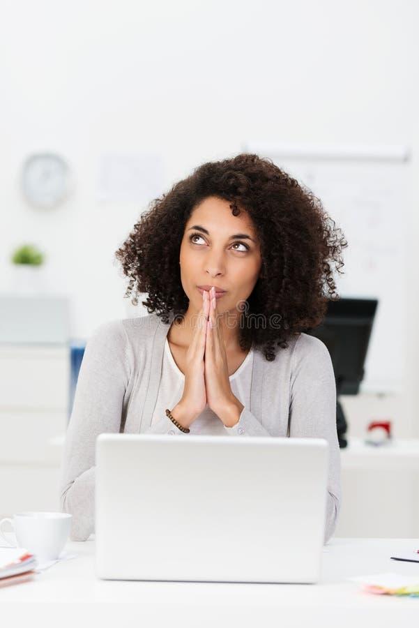 Inspiração procurando da mulher de negócios pensativa fotografia de stock royalty free