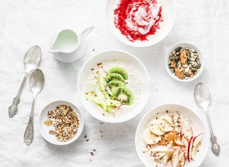 Inspiración del desayuno de la mañana - harina de avena de noche del coco con el diverso desmoche Concepto libre de la comida del foto de archivo libre de regalías