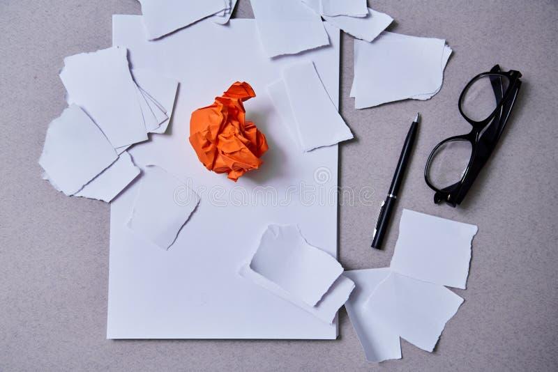 Inspiracja, wgląd lub dobry pomysłu pojęcie: zmięty kawałek pomarańcze papier zdjęcie stock