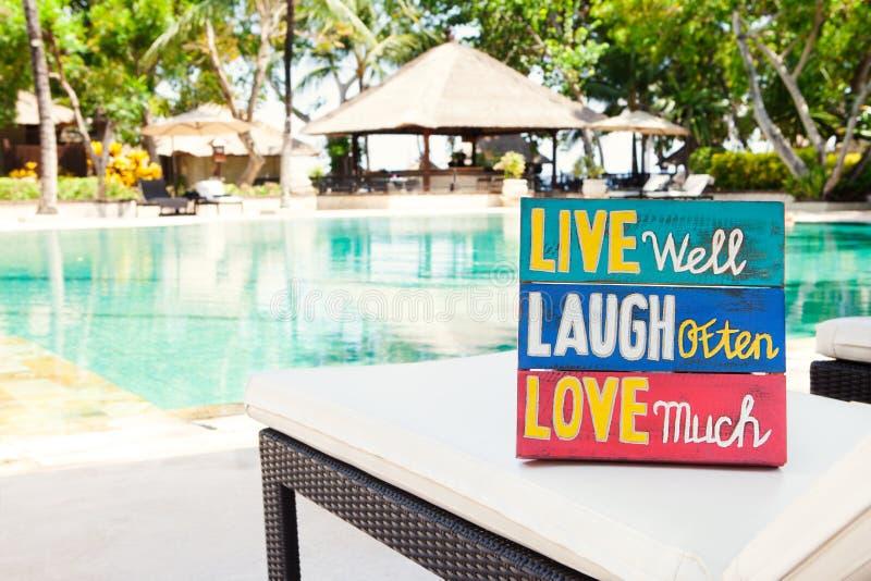 Inspiracyjna Motywacyjna życie wycena drewnianej deski śmiechu Często Żywa Well miłość Dużo na lecie zdjęcie stock