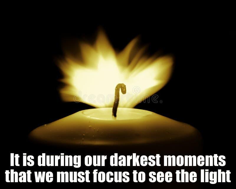 Inspiracyjna Motywacyjna wycena, życie mądrość - Ono jest podczas nasz ciemnych momentów które skupiać się widzieć światło musimy obraz stock