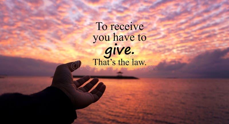 Inspiracyjna motywacyjna wycena - otrzymywać ciebie dawać musi To jest prawo Z jeden ludzką ręką gotową otrzymywać więcej od obraz stock