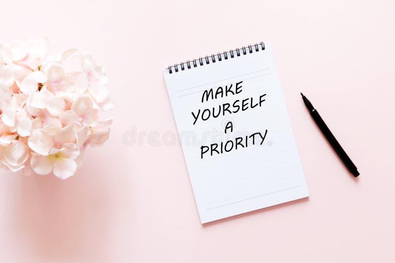 Inspiracyjny cytat — uczyń się priorytetem obraz royalty free