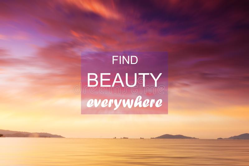 Inspiracyjny cytat — znajdź piękno wszędzie zdjęcia stock