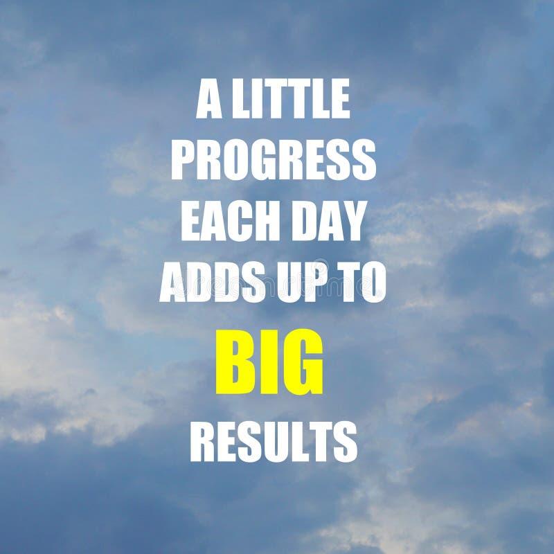 Inspiracyjny motywaci wycena postępu każdego dnia TROSZKĘ DODAJE DO DUŻYCH rezultatów na chmurnym tle zdjęcia royalty free