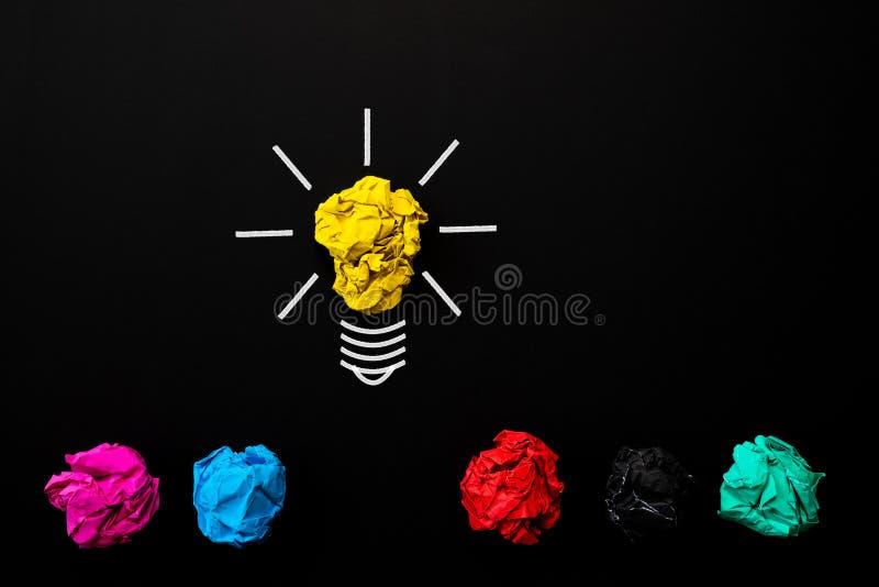Inspiratie en groot ideeconcept gloeilamp met verfrommeld stock foto's
