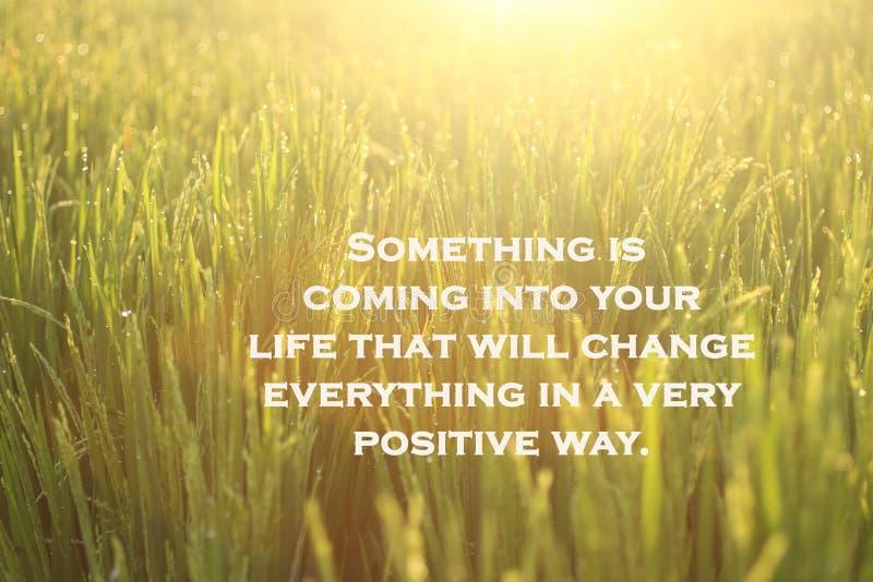 Inspiratie-motivatie-citaat-iets komt in je leven dat alles op een zeer positieve manier zal veranderen Met stock afbeeldingen