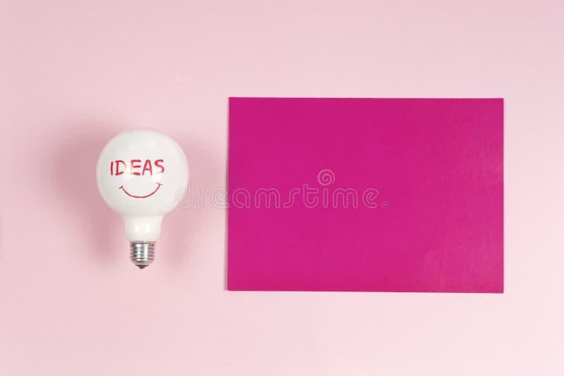 Inspiratieconcept verfrommelde document gloeilampenmetafoor voor goed idee stock fotografie
