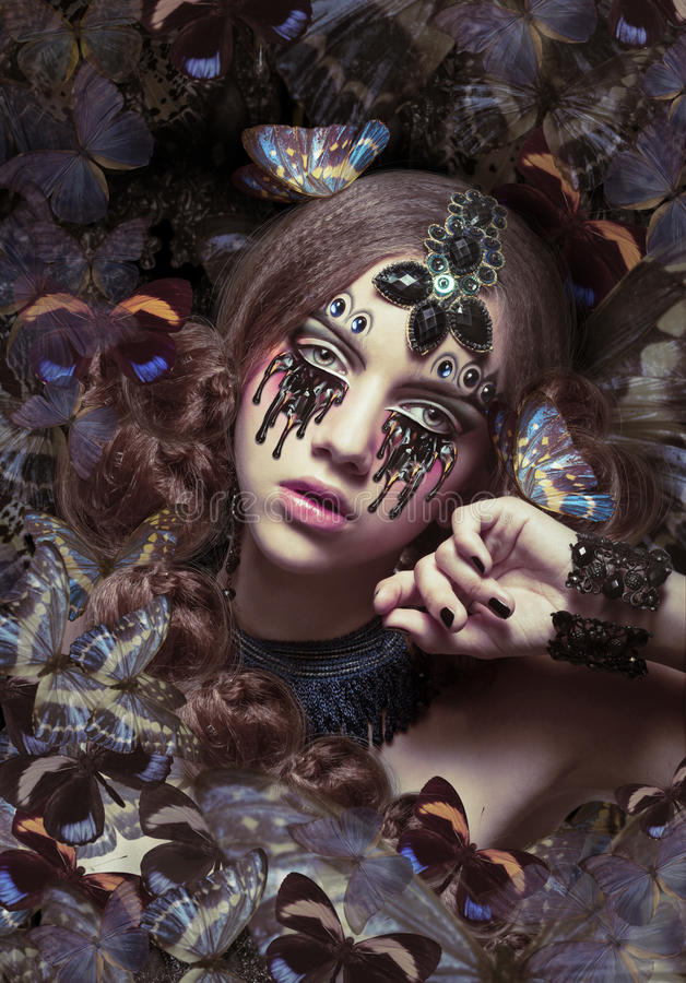 inspiration Kvinna med fantastiska tårar och fjärilar fotografering för bildbyråer