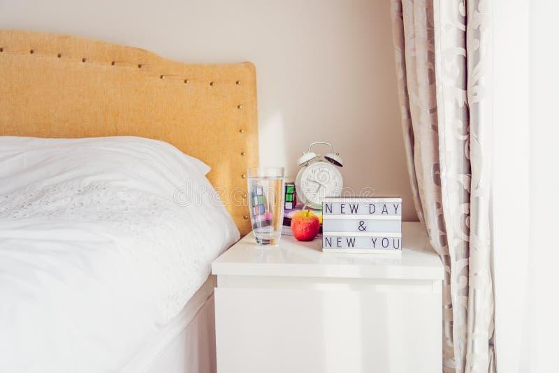 Inspiration Motivational Life cita o novo dia Nova mensagem do seu computador com o despertador, o cubo de rubik, os notebooks no imagem de stock royalty free