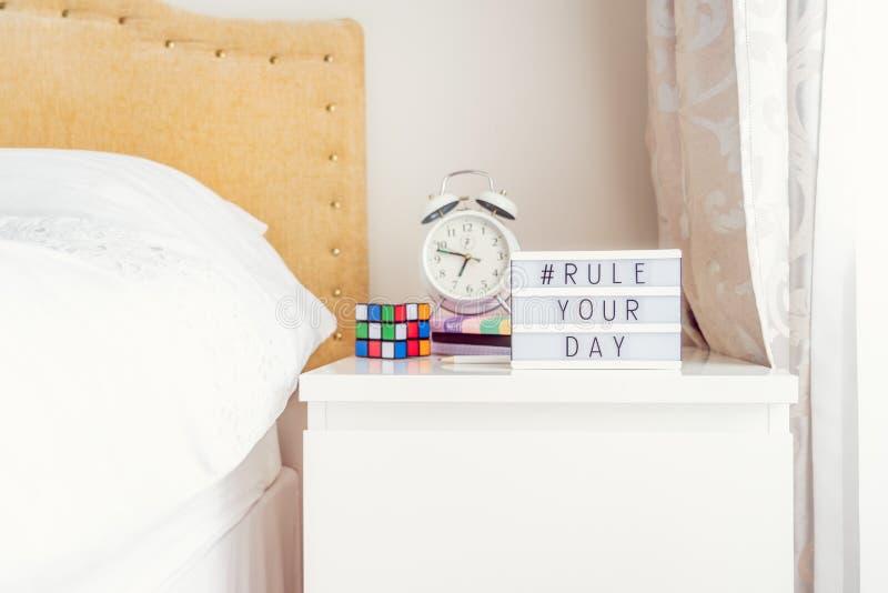 Inspiration Motivational Life Cota hashtag Regra sua mensagem do dia em caixa iluminada com despertador, notebooks e cubo de rubi fotos de stock royalty free