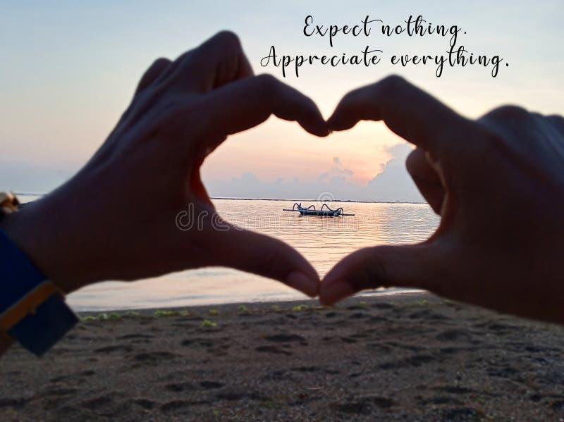Inspiration - nichts erwarten Alles schätzen Mit verschwommenen Händen Liebesschild Schwerpunkt auf Fischerboot bei Sonnenaufgang stockfotos